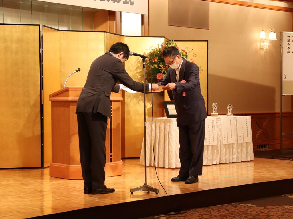 近畿支部長表彰                                                                                                                                      表彰状授与 橘 幹広 支部長